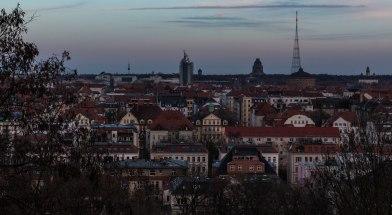 im Gasometer werden die Panoramen von Yadegar Asisi gezeigt. Rechts daneben, etwas weiter hinten ist die Kapellenanlage des sehenswerten Leipziger Südfriedhofs zu erkennen