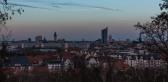von links nach rechts: Hochhaus Löhrs Carré, Hotel The Westin Leipzig, die grüne Kuppel des Bundesverwaltungsgerichtes, Turm des Neuen Rathauses, davor der Turm der neuen katholischen Kirche, Nikolaikirche, City-Hochhaus Leipzig, Wintergartenhochhaus, Europahaus, Turm der Peterskirche
