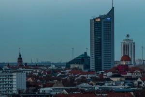 links der Turm der Nikolaikirche, das Glasdach des Paulinums, City-Hochhaus, Wintergarten-Hochhaus, davor die Kuppel des LVB-Gebäudes