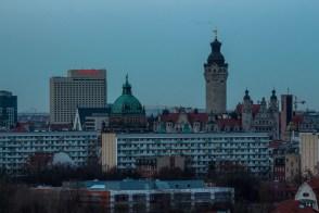 The Westin, davor die Thomaskirche und die Kuppel des Bundesverwaltungsgerichtes, rechts Neues Rathaus mit Turm und Turm der neuen katholischen Kirche St. Trinitatis